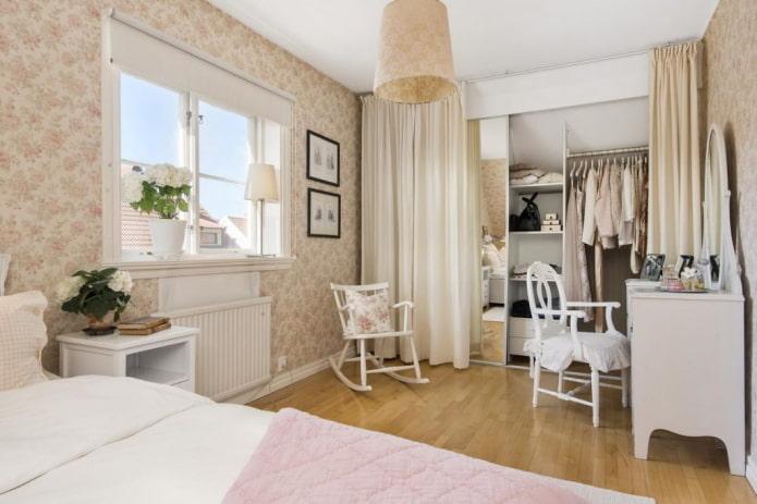 гардеробная за шторой в интерьере спальни
