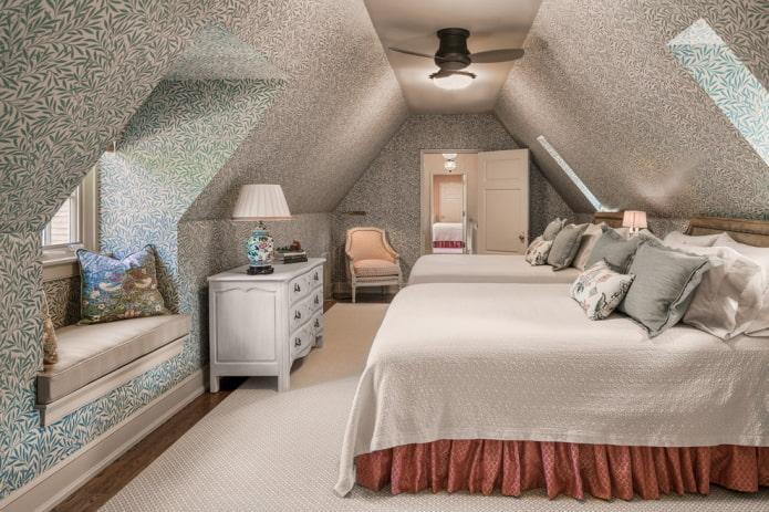 расстановка мебели в узкой спальной комнате