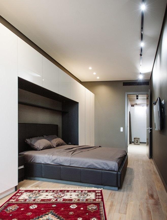 отделка потолка в узкой спальной комнате