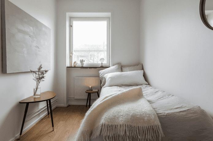 отделка пола в узкой спальной комнате
