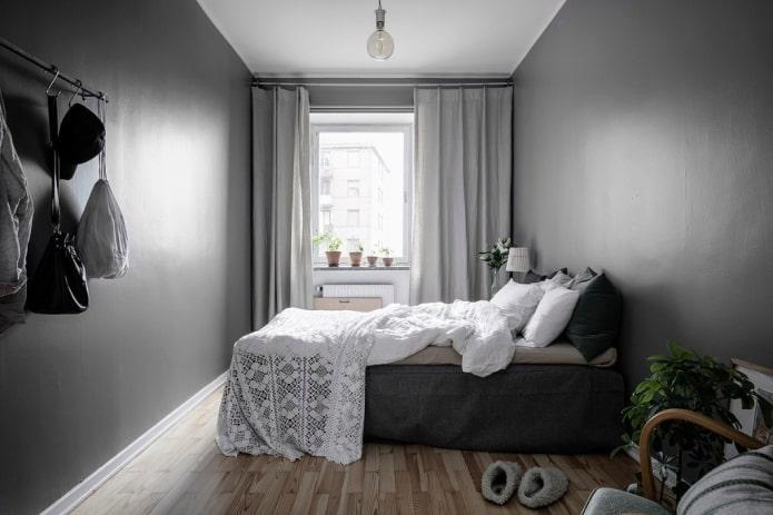 шторы в интерьере узкой спальной комнаты