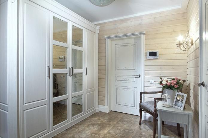 шкаф-гардеробная в интерьере коридора