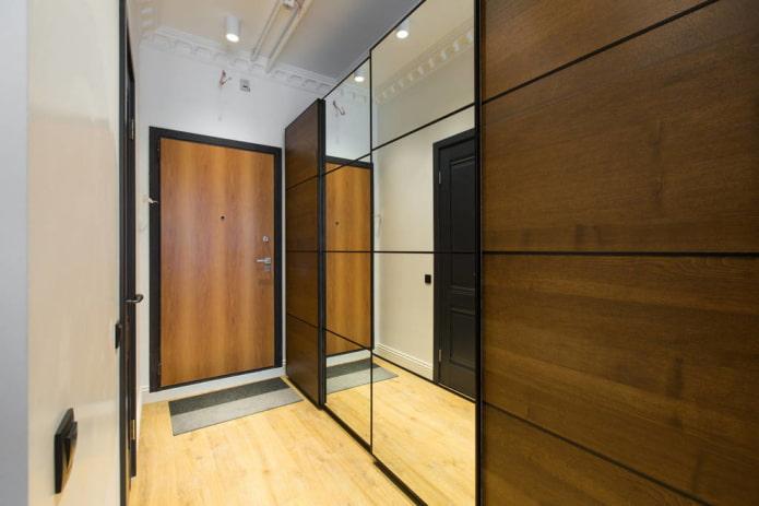 закрытая гардеробная в интерьере коридора