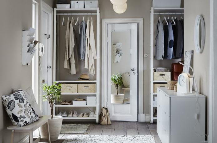 открытая гардеробная в интерьере коридора