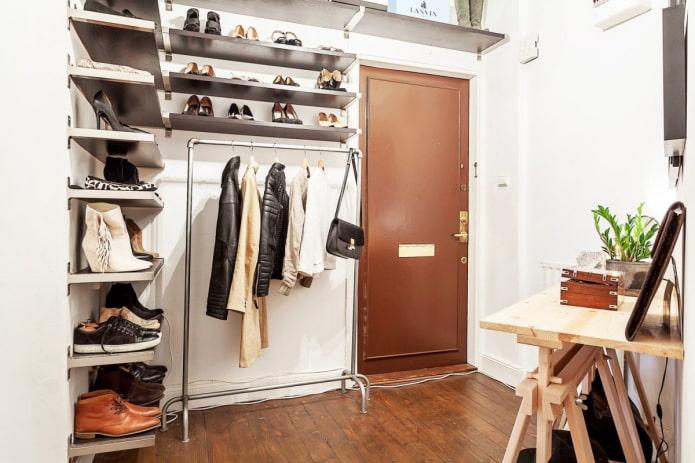 угловая гардеробная в интерьере коридора