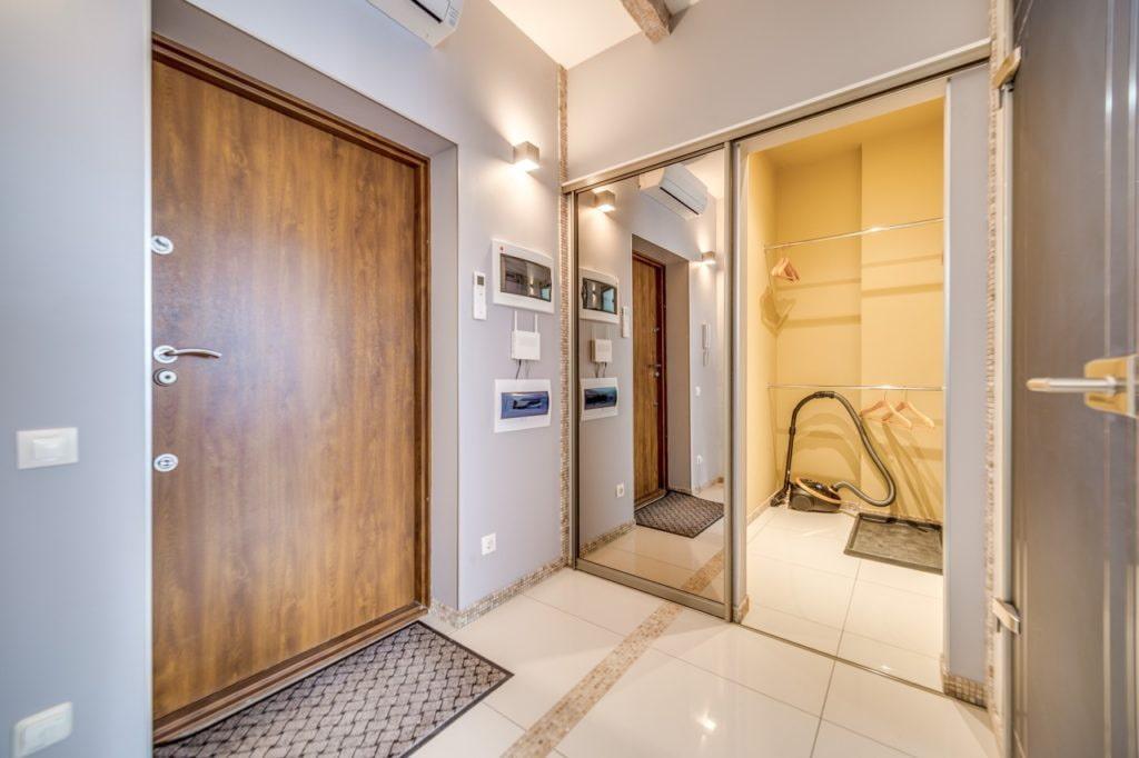 среди дизайн коридора с гардеробной в квартире фото кухни
