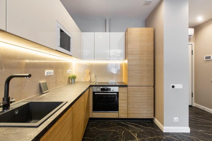 пример обустройства просторной кухни в коридоре