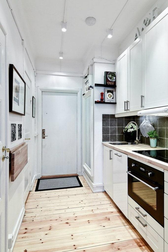 белая кухня в коридоре
