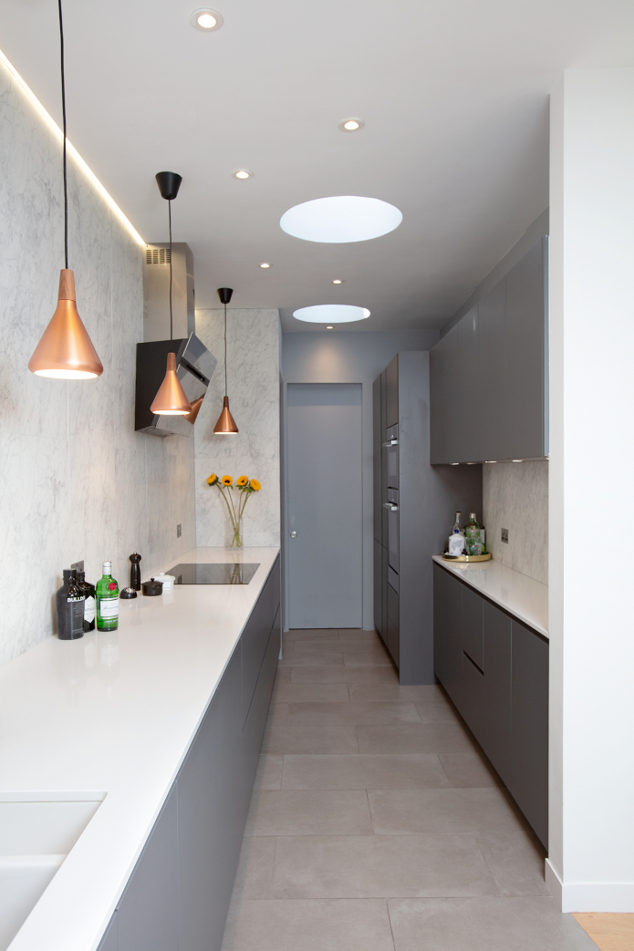 узкая кухня в серых тонах