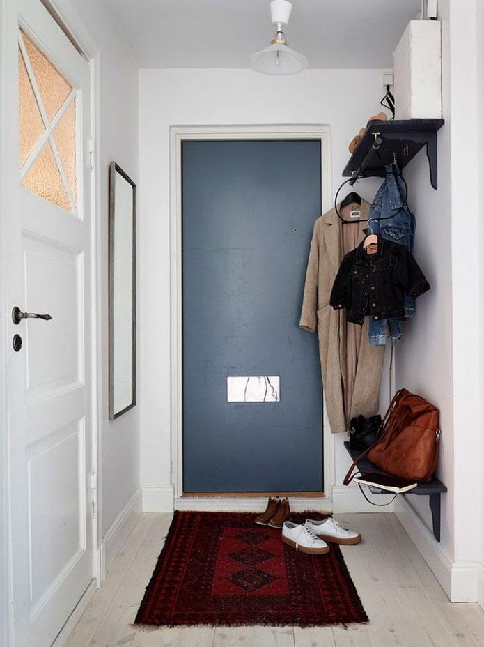 открытая система хранения в интерьере узкого коридора