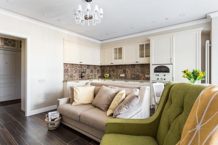 стильный бежевый диван посередине комнаты