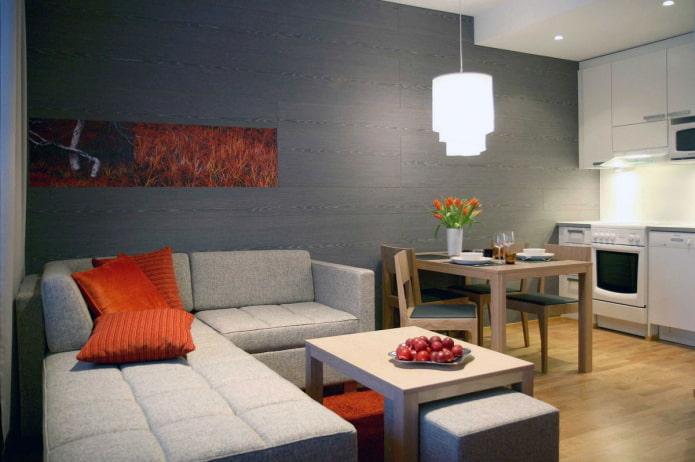 угловой серый диван в углу комнаты