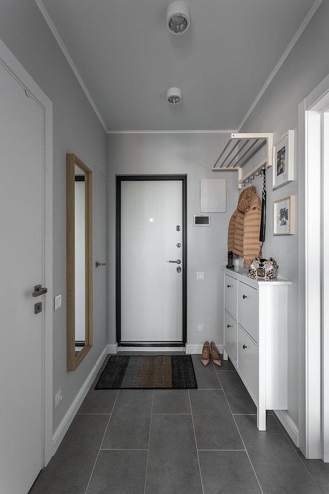 узкий шкаф в коридоре