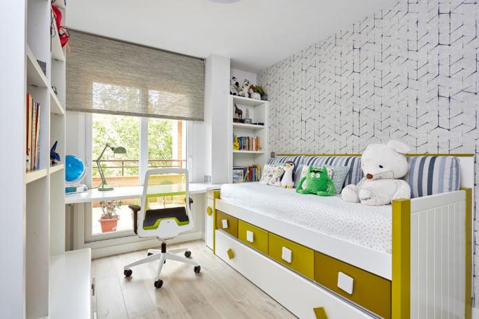 стол у окна и кровать с ящиками