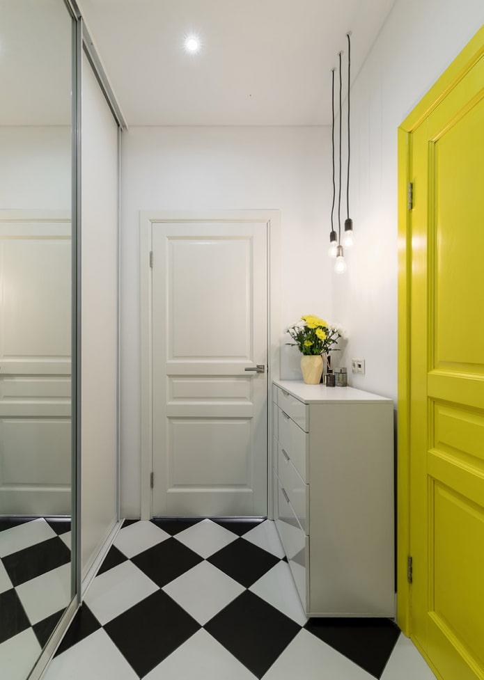 белая прихожая с желтой дверью