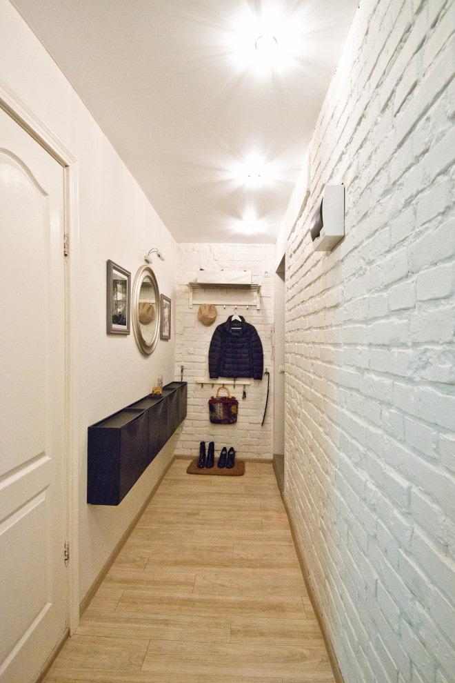 белые стены в прихожей
