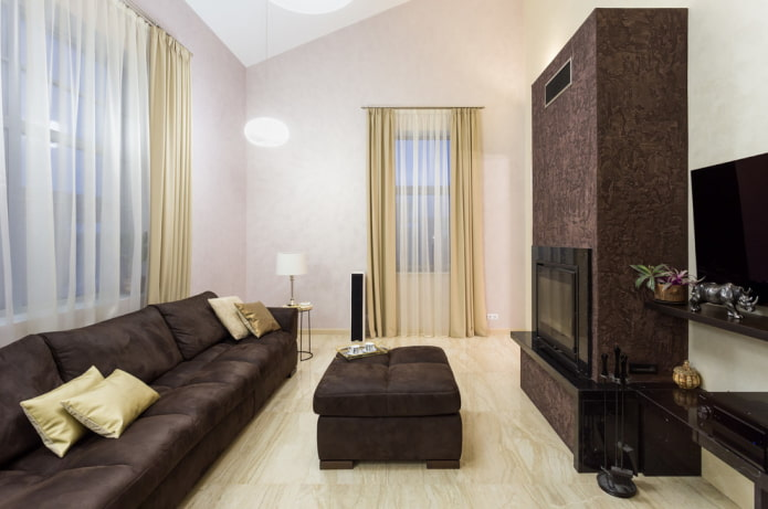 камин на свободной стене в интерьере гостиной