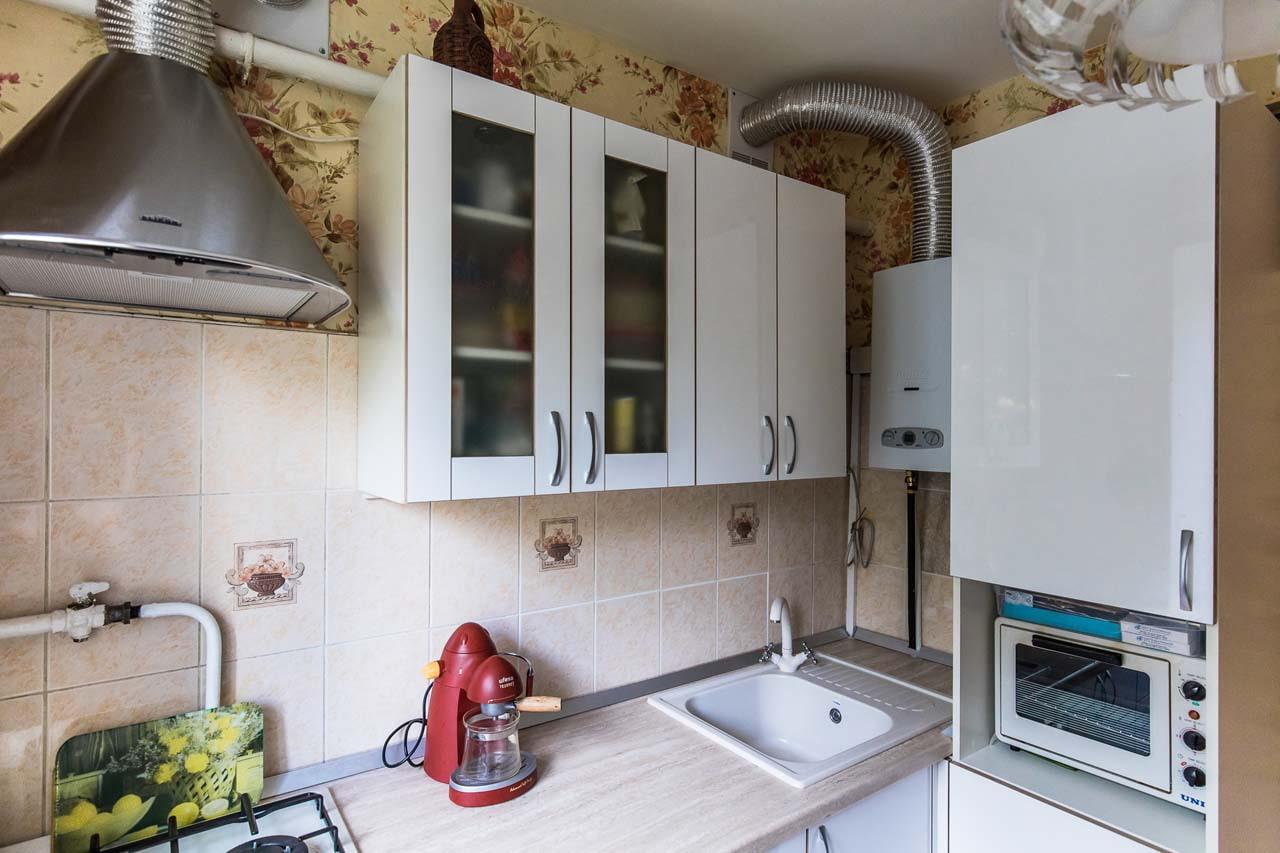 Фото кухни с газовыми трубами и колонкой