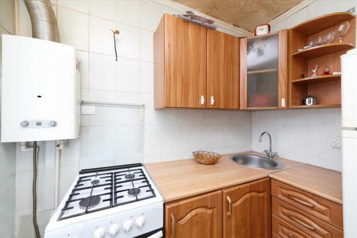 Кухня с плиткой во всю стену