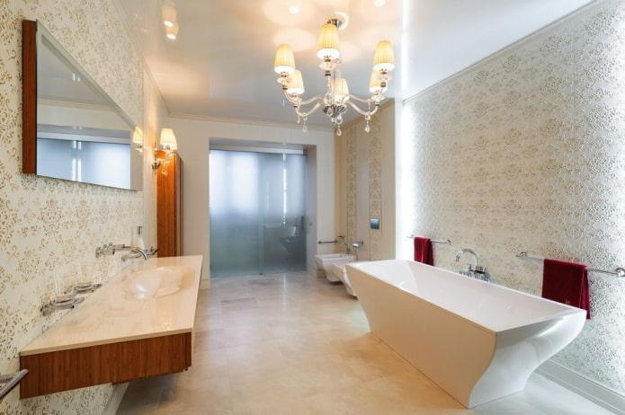 натяжной потолок с люстрой в ванной комнате