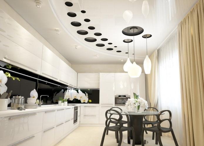 натяжной потолок с люстрой в дизайне интерьера