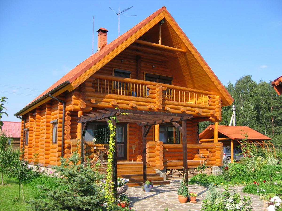 Деревянный дом с бревенчатой верандой фото