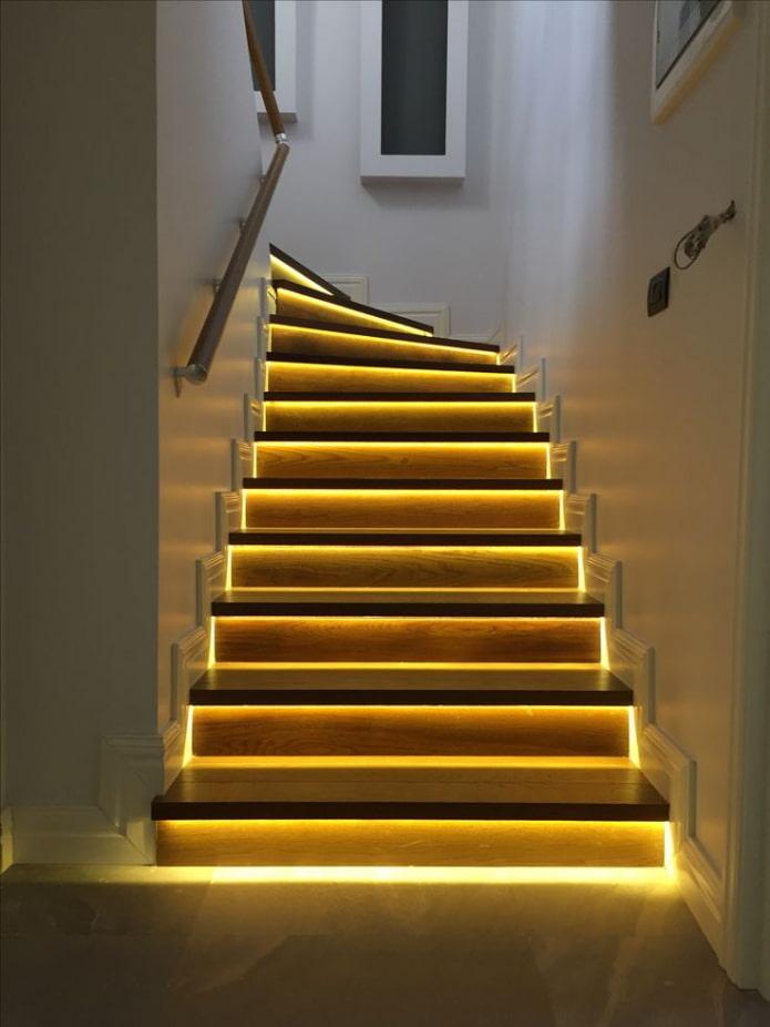 лестница со ступенями с подсветкой в доме