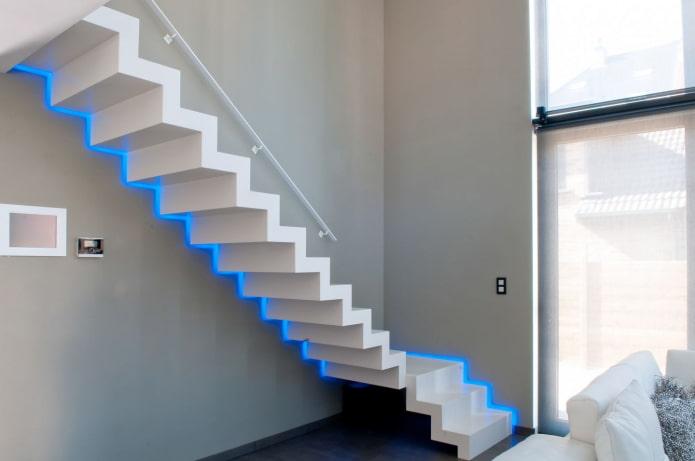 лестница со светодиодным освещением в доме