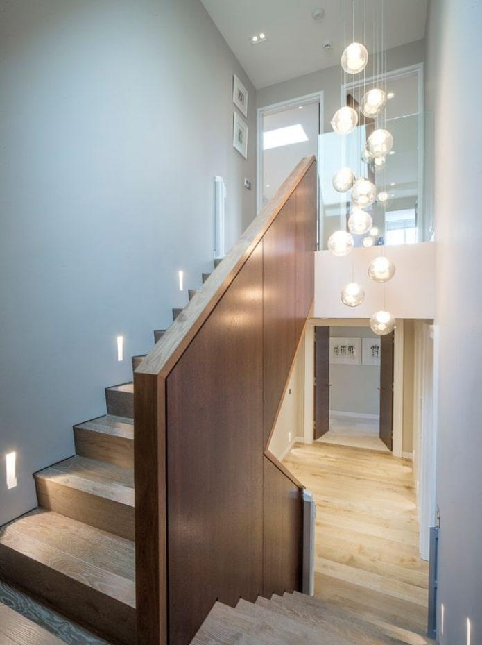 люстра над лестницей в интерьере дома