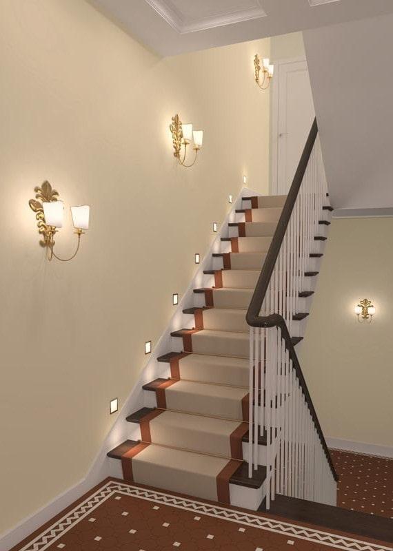 лестница с настенными бра в интерьере дома