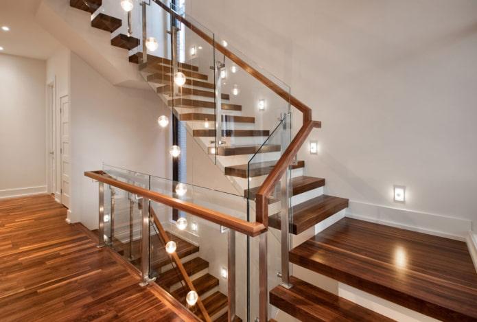 лестница с комбинированным освещением в доме