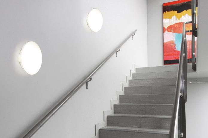 лестница с настенными светильниками в доме