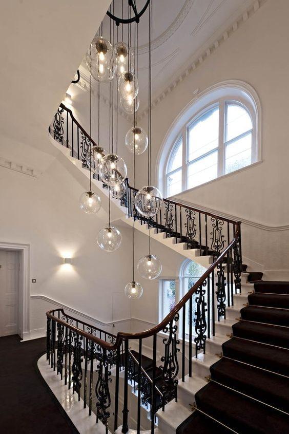 люстра с потолочным освещением в доме