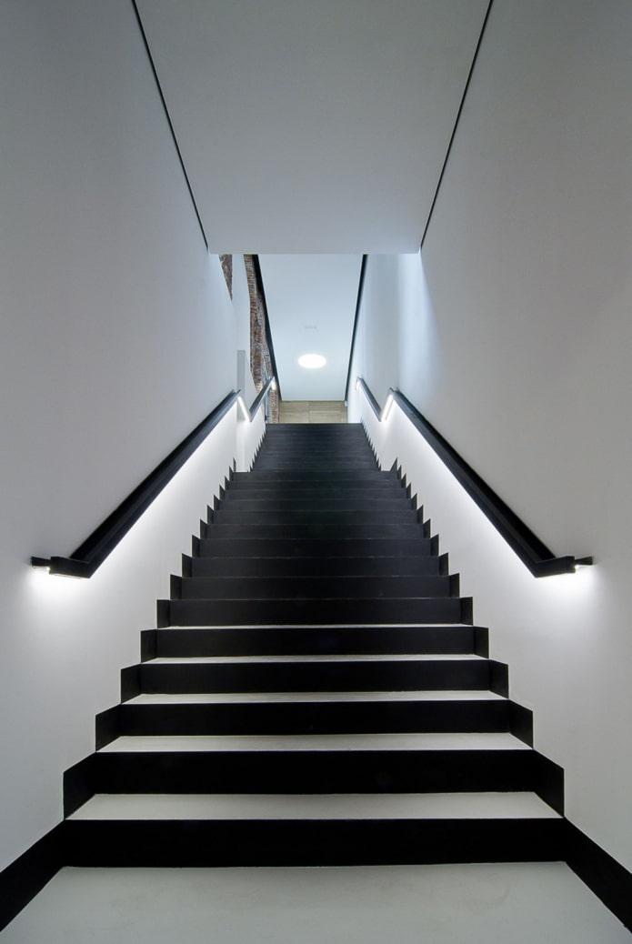 лестница с подсветкой перил в доме
