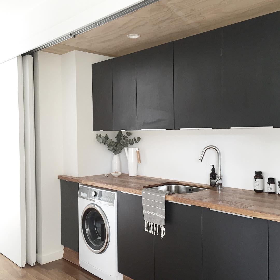 черная кухня с белой стиралкой
