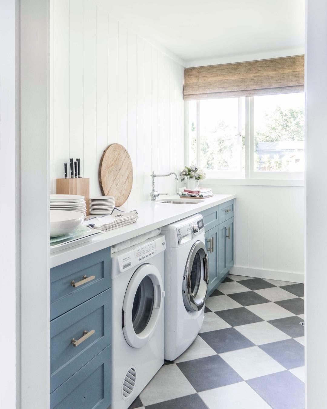 открытая стиральная машина на кухне