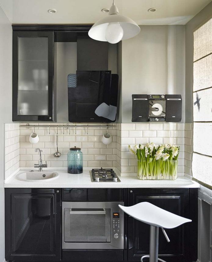 черная линейная кухня