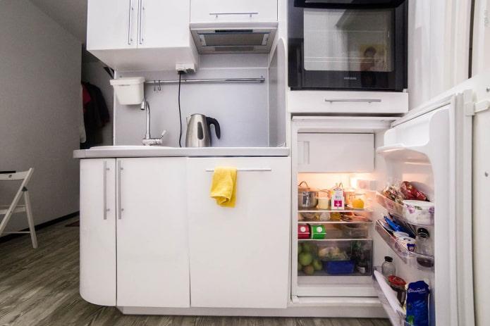 маленький холодильник под столешницей