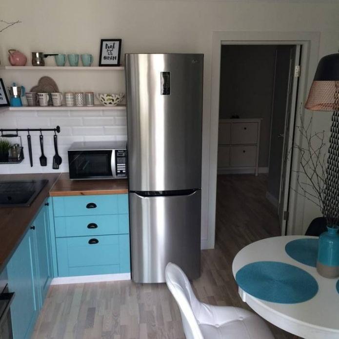холодильник у входа на кухне