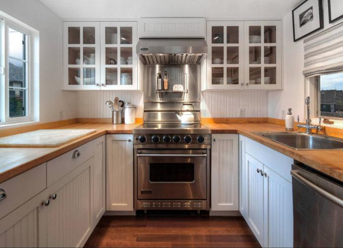 плита посреди кухни