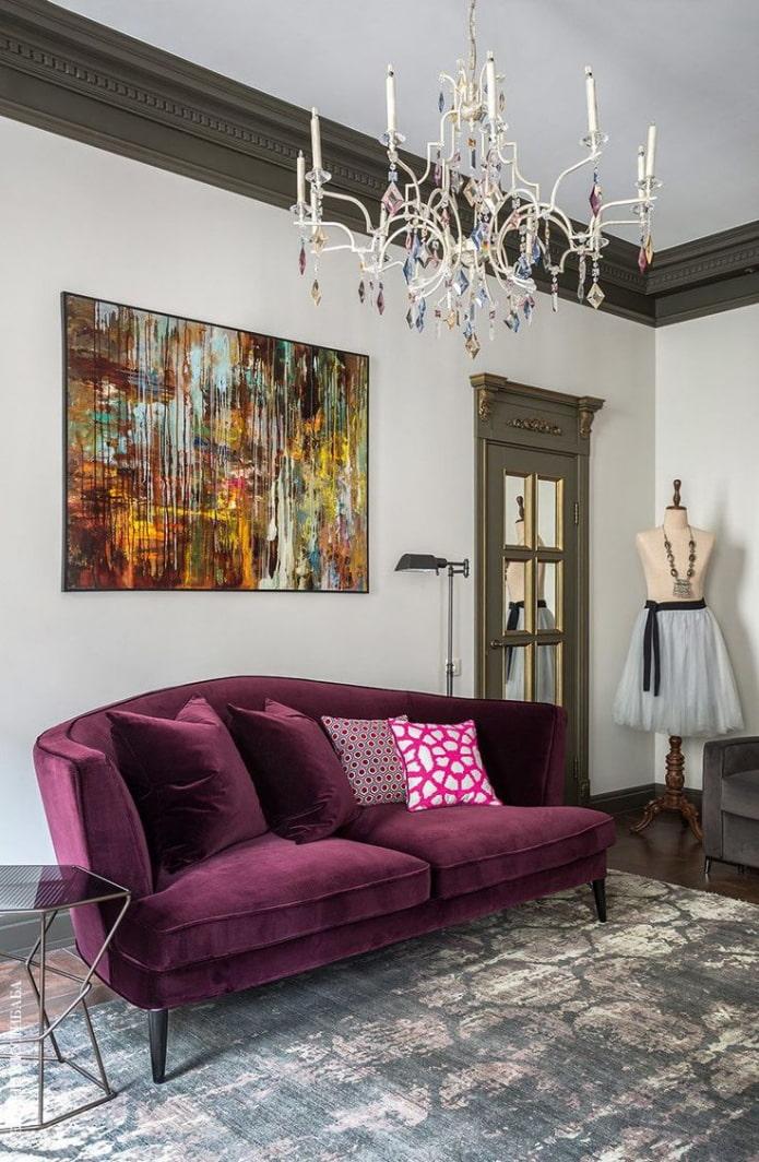 цветная картина над диваном