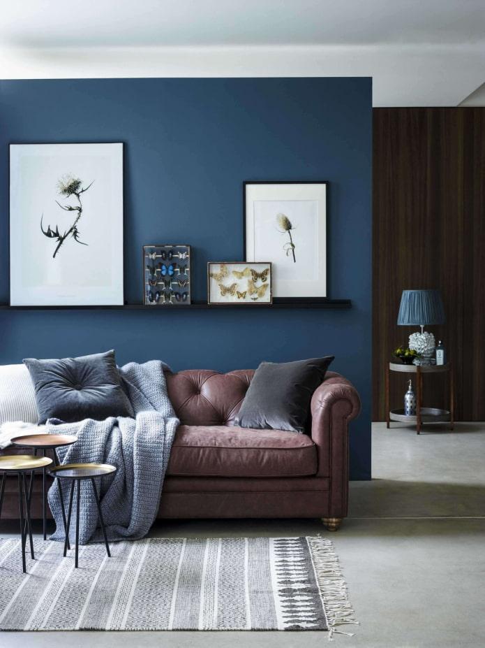 синяя стена за диваном