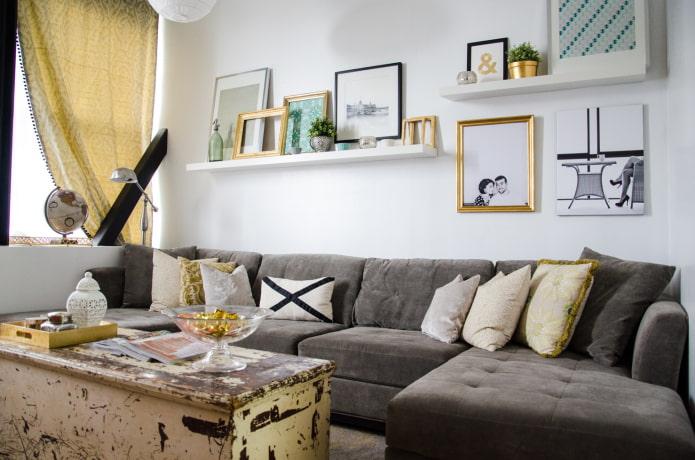 полки для картин над диваном