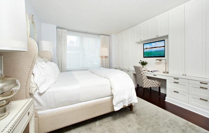 белая спальня со шкафами