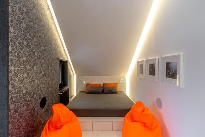 узкая спальня на мансарде