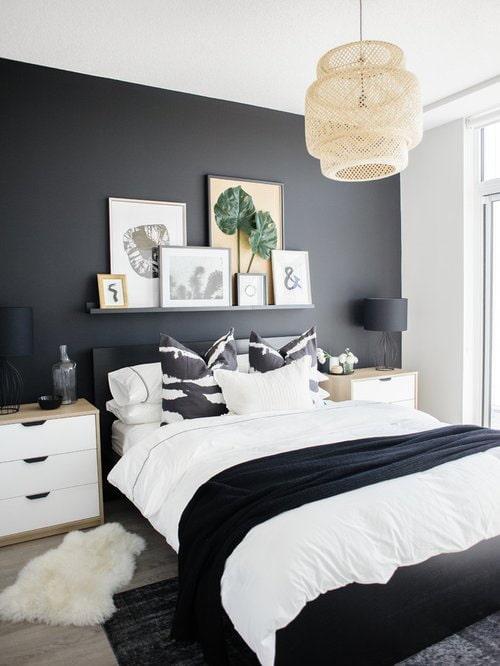 полка с картинами над кроватью