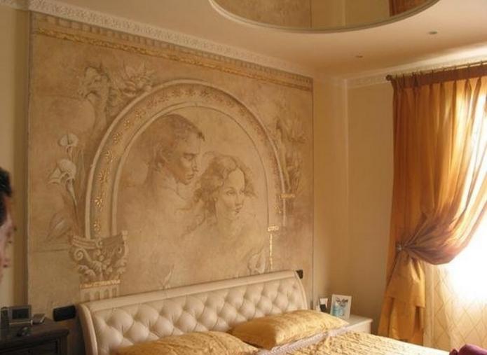 фреска в изголовье кровати