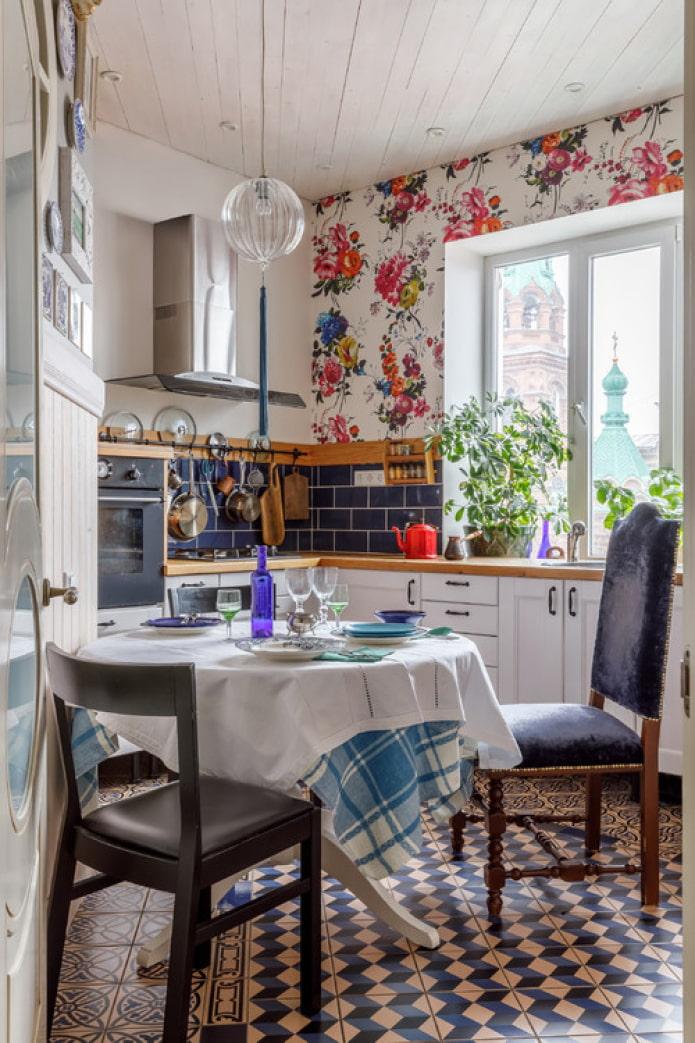 яркая маленькая кухня