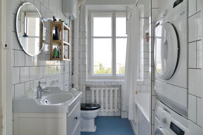 большой оконный проем в ванной