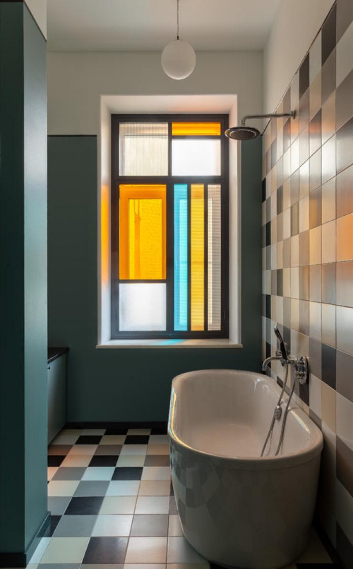 цветные стекла на окне